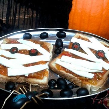 TOSTAS MOMIA DE PISTO CON QUESO para Halloween