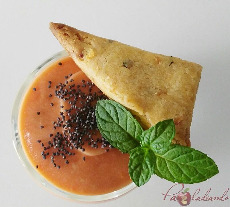 chupitos de crema de queso curado con salmorejo y sable crujiente de anchoa (2)