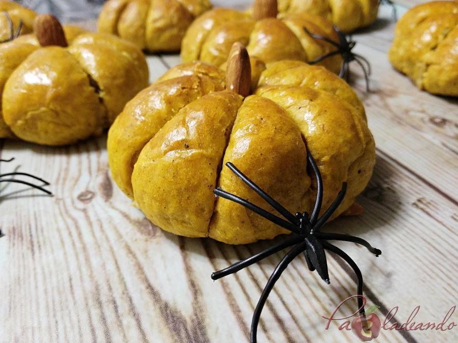 Panecillos especiados de calabaza rellenos de queso