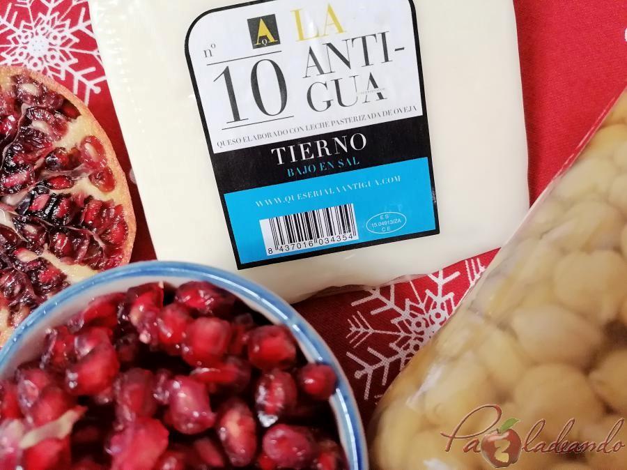 Canapés de hummus y queso Tierno de oveja con granada
