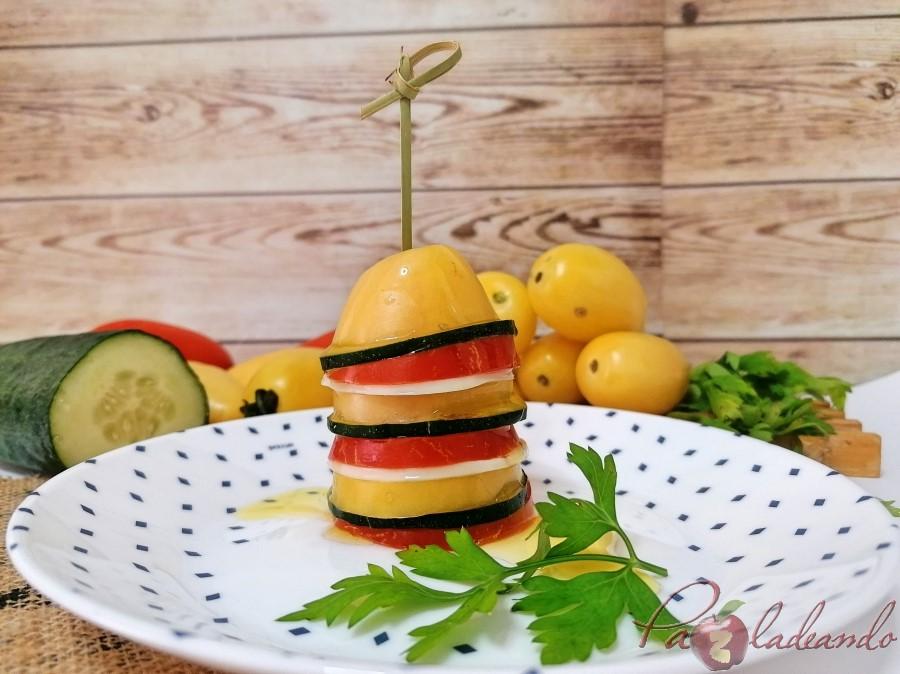 Pincho de tomate amarillo y rojo con pepino y queso