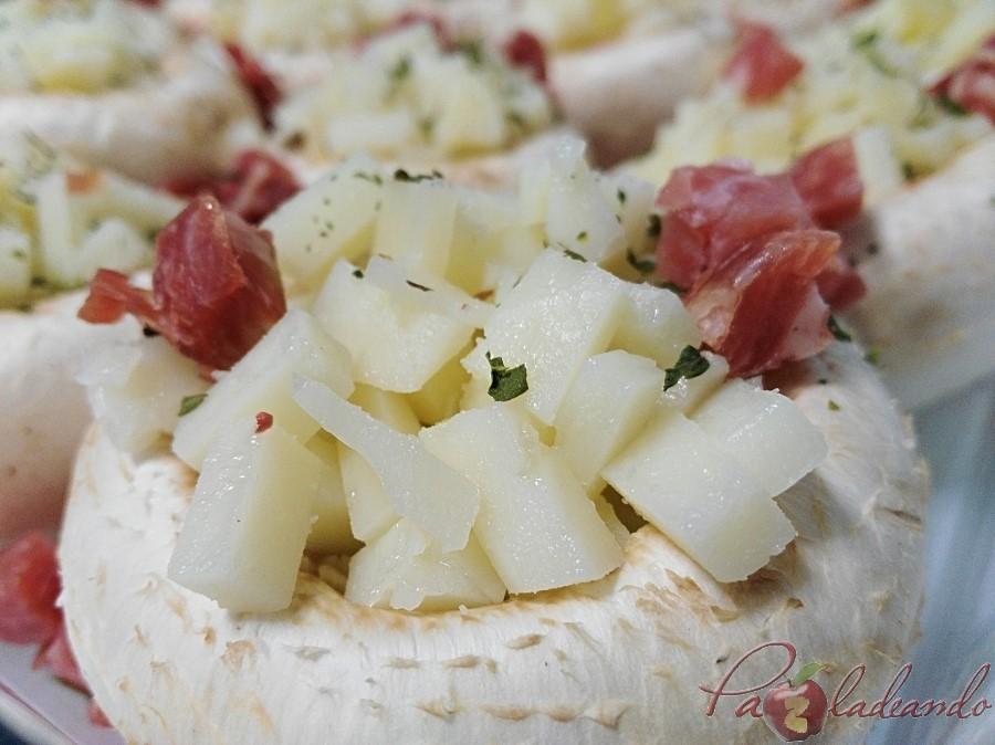 Champiñones rellenos de queso de oveja al vino tempranillo con jamón paso
