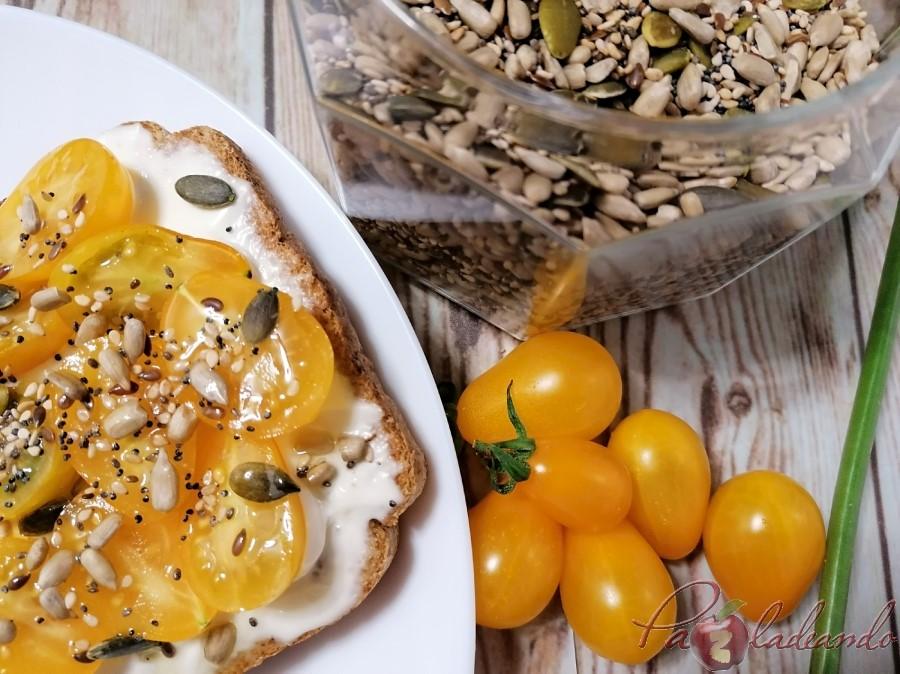 tosta de queso fresco y tomates cherry